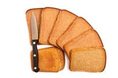 Het brood van de besnoeiing met een mes Royalty-vrije Stock Afbeeldingen