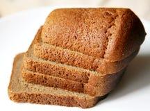 Het brood van de Borodinorogge dat op witte plaat wordt gesneden Royalty-vrije Stock Afbeeldingen