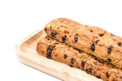 Het brood van de chocoladeschilferstok met houten plaat op witte achtergrond stock foto's