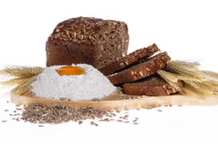 Het brood van de rogge, bloem, eieren, korenaren Stock Afbeelding