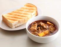 Het brood van de toost met kippenkerrie Stock Foto