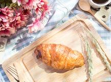 Het brood van de worst Worst in het deeg op witte achtergrond, selectieve nadruk Stock Foto's