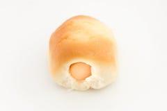 Het brood van de worst Worst in het deeg op witte achtergrond, selectieve nadruk stock afbeeldingen
