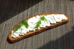 Het brood van de zure roomdille Stock Fotografie