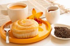 Het brood van het ontbijt wth en kop van melkthee. Stock Afbeelding