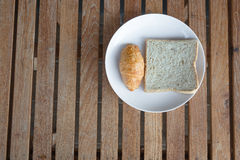 Het brood van het ontbijtcroissant en heerlijk. Stock Foto