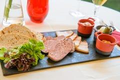 Het brood van het rundvlees met saus stock fotografie