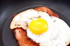 Het brood van het vlees en gebraden ei in een koekepan Stock Afbeeldingen