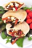 Het brood van Pitta dat met een kip en groenten wordt gevuld stock afbeelding