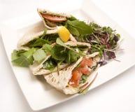 Het brood van Pitta dat met een tonijnsalade wordt gevuld Royalty-vrije Stock Afbeelding