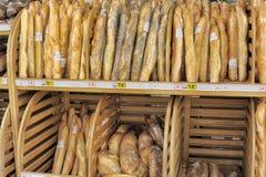 Het brood voor verkoop op een opslag schort op. Stock Foto's