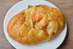 Het brood vult droog verscheurd varkensvlees en zoute eierdooier op schotel stock foto