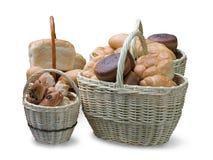 Het brood is in wattled manden op wit Stock Foto