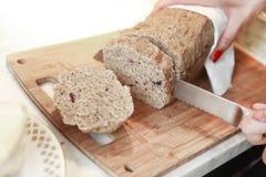 Het brood wordt gesneden Royalty-vrije Stock Fotografie