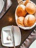 Het brood wordt gesneden in stukken Royalty-vrije Stock Afbeeldingen