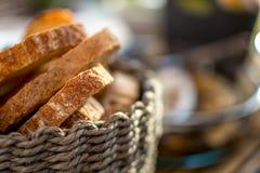 Het brood wordt gesneden in stukken Royalty-vrije Stock Foto's