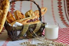 Het brood wordt gesneden in stukken Stock Fotografie