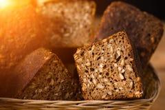 Het broodbroden van de close-up traditionele artisanale rogge met okkernoot en Se Stock Fotografie