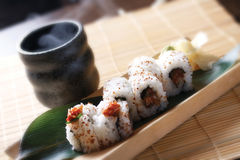 Het Broodje van Californië (Sushi) met groene thee Royalty-vrije Stock Afbeelding