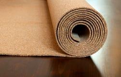 Het broodje van cork ligt op een bruine vloer royalty-vrije stock afbeelding