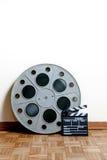 Het broodje van de bioskoopfilm met klep op houten vloer Royalty-vrije Stock Afbeeldingen