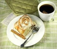 Het Broodje van de kaneel met Koffie Stock Afbeeldingen