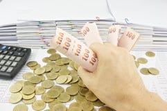 Het broodje van de mensenholding van rekeningen Royalty-vrije Stock Fotografie