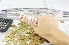 Het broodje van de mensenholding van rekeningen op gouden muntstukken Royalty-vrije Stock Foto