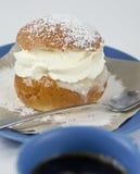Het broodje van de room met amandeldeeg en koffie Royalty-vrije Stock Foto's