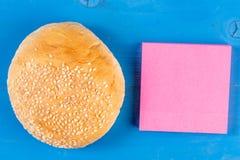 Het broodje van de vooraanzichthamburger kleurde kleverige nota houten achtergrond Het document van het vleesbroodje blad achter  royalty-vrije stock afbeeldingen