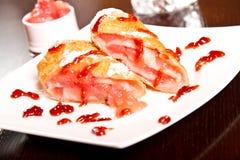 Het broodje van het bessendessert Stock Foto