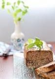 Het broodje van het vlees met basilicumbladeren Stock Foto's