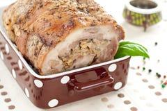 Het broodje van het vlees met basilicumbladeren Royalty-vrije Stock Foto