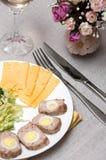 Het broodje van het vlees met kwartelseieren Stock Foto