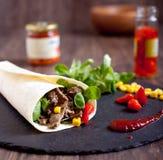 Het broodje van rundvleesfajitas met hete peper, salade, graan Stock Afbeeldingen