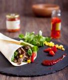 Het broodje van rundvleesfajitas met hete peper, salade, graan Royalty-vrije Stock Foto