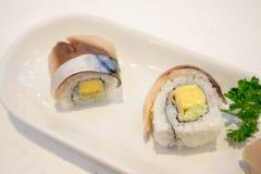 Het broodje van Sabasushi op plaat stock foto's