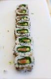 Het broodje van sushi dat in stukken wordt gesneden Stock Foto