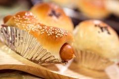 Het broodjes kokende bakkerij van het worstbrood in keuken Stock Afbeeldingen