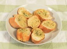 Het broodplakken van het knoflook. stock afbeeldingen