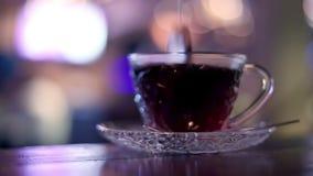 Het brouwen van hete zwarte thee in koffie stock video