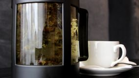 Het brouwen van thee in een theepot stock videobeelden