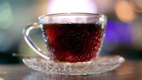 Het brouwen van zwarte thee met warm water stock videobeelden