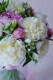 Het bruidboeket van huwelijk bloeit wit en roze Royalty-vrije Stock Foto