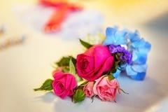 Het bruids boeket met wit en roze nam op het huwelijk F van de huwelijksdag toe royalty-vrije stock foto