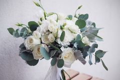 Het bruids boeket van wit nam en lisianthus met eucalyptus toe Horizontaal beeld stock afbeelding