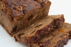 Het bruine brood van de besnoeiing met ingrediënten Stock Foto's