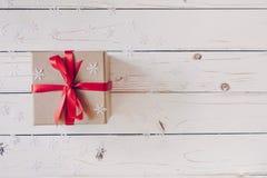 Het bruine giftvakje en Kerstmis stellen op witte houten lijstrug voor royalty-vrije stock fotografie