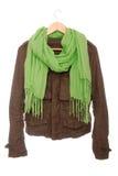 Het bruine jasje en de groene sjaal zijn op hanger royalty-vrije stock fotografie