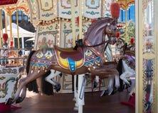 Het bruine uitstekende decoratieve Carnaval-paard op vrolijk gaat om carrousel in kermisterrein Royalty-vrije Stock Afbeeldingen